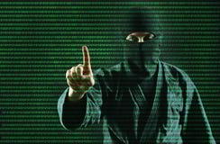 hacker Siekać komputerowego dane proces Mężczyzna w maskowych pracach z cyfrowym ochrona kodem zdjęcie royalty free