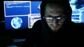 Hacker siekał dojazdowego hasło, kryminalny hackera łupania system, specjalista pracuje na komputerze, interneta szpiegostwo zdjęcie wideo