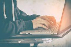 Hacker używa laptop kraść dane, pojęcie dla sieci ochrony a Obraz Royalty Free