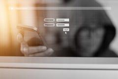 Hacker używa smartphone i Logował Się ekran z kodem cyfrowym Cyber ochrony pojęcie obrazy stock