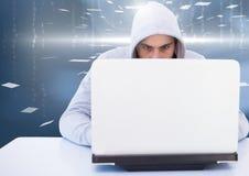 Hacker używa laptop w pokoju Zdjęcia Stock