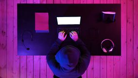 Hacker w hoodie pisać na maszynie kodzie w programie używać laptop w ciemnym studiu Biały pokaz zbiory wideo