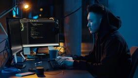Hacker w hoodie używać komputer dla cyber ataka zdjęcie wideo