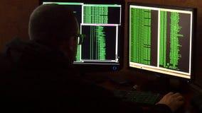 Hacker w szkłach łama kod Kryminalnego hackera sieci drążący system od jego ciemnego hackera pokoju Program komputerowy Fotografia Royalty Free