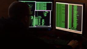 Hacker w szkłach łama kod Kryminalnego hackera sieci drążący system od jego ciemnego hackera pokoju Program komputerowy Obraz Stock
