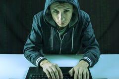 Hacker w zmroku łama dostęp kraść informację zdjęcia royalty free