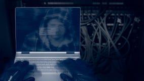 Hacker z laptopem na ciemnym tle zbudowany depeszować zdjęcie royalty free