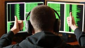 Hacker zadawalający z zwycięstwem Kryminalnego hackera sieci drążący system od jego ciemnego hackera pokoju zdjęcie wideo
