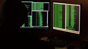 Hackera łamania kod Kryminalny hacker z czarnego kapiszonu sieci drążącym systemem od jego ciemnego hackera pokoju Fotografia Stock
