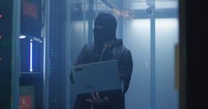 Hackera łamania serweru oprogramowanie i niszczyć komputery zdjęcia stock