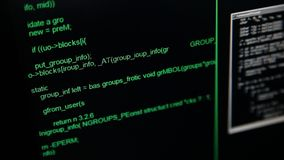 Hackera kodu bieg puszek na ekranu komputerowego terminal mrugnięć okno na tle zbiory wideo