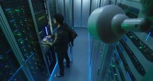 Hackera początek siekać podczas gdy sprawdzać kamerę bezpieczeństwą zbiory