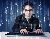 Hackerdecodierungsinformationen von der futuristischen Netztechnik Lizenzfreies Stockfoto