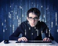 Hackerdecodierungsinformationen von der futuristischen Netztechnik Stockfotografie