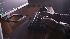 Hackerhände nachts schreibend auf einer Computertastatur, die geheime Informationen zerhackt stock video