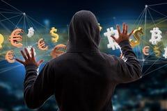 Hackermann in der Dunkelheit unter Verwendung des Computers, zum von Daten und von informati zu zerhacken Lizenzfreie Stockfotografie