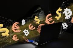Hackermann in der Dunkelheit unter Verwendung des Computers, zum von Daten und von informati zu zerhacken Lizenzfreie Stockbilder