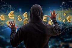 Hackermann in der Dunkelheit unter Verwendung des Computers, zum von Daten und von informati zu zerhacken Stockbilder