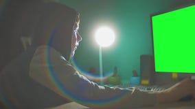Hackermanngrün-Schlüsselprogrammierer in der Haube unter Verwendung des Computers zu Kerbeninformation und -daten vom Benutzerleb stock video footage