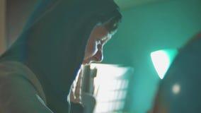 Hackermannprogrammierer in der Haube unter Verwendung des Computers zu Kerbeninformation und -daten vom Benutzerkonto Lebensstilo stock video footage