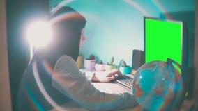 Hackermannprogrammierer in der Haube unter Verwendung des Computers zu Kerbeninformation und -daten vom Benutzerkonto grüne Schlü stock video