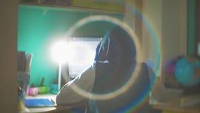 Hackermannprogrammierer in der Haube unter Verwendung des Computers zu Kerbeninformation und -daten vom Benutzerkonto orange Farb stock video