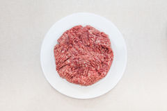 Hackfleisch auf weißer Platte Stockbild