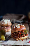 Hackfleisch- mit Soßeburger Lizenzfreie Stockfotos