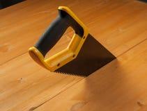 Hacksaw και ξύλινη ασπίδα Στοκ Εικόνες