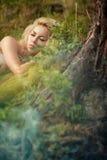 Hada que duerme en el bosque imagenes de archivo