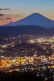 Hadano市夜与山富士的scape视图在日落时间 库存图片