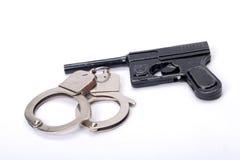 Hadcuffs und Gewehr Lizenzfreie Stockbilder