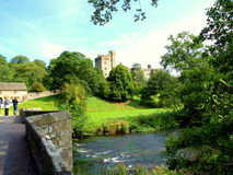 Haddon Hall and river Wye, Derbyshire. The packhorse bridge over the river Wye leading to Haddon Hall, Derbyshire, UK Stock Photography