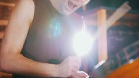 Hadnsome dobosz aktywnie bawić się muzykę w studiu w garażu zdjęcie wideo
