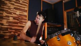 Hadnsome dobosz aktywnie bawić się muzykę w studiu w garażu swobodny ruch zdjęcie wideo