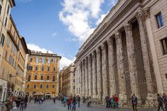 Hadrian寺庙在Piazza di彼得拉,罗马,意大利 免版税库存照片