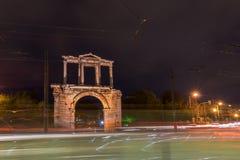 Hadrian曲拱夜照片在雅典,希腊 库存照片