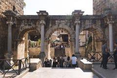 Hadrian Door con la gente apretada Kaleici Antalya Turquía foto de archivo