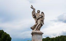 Анджел с крестом на мосте Hadrian - Ponte Sant'Angelo в Риме, Италии Стоковое фото RF