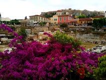 Hadrian ` s图书馆遗骸在Plaka区 Monastiraki广场,雅典希腊 免版税库存照片