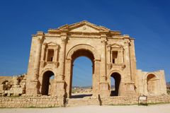 Hadrian ` s曲拱,为皇帝Hadrian的参观修造的一个凯旋门在129公元在考古学市杰拉什,一个o 库存图片