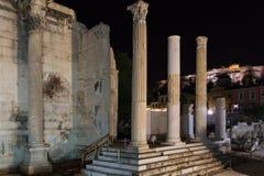 Hadrian& x27; biblioteca de s e a acrópole, pH da noite de Atenas, Grécia Imagens de Stock