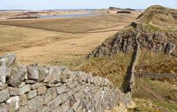 Hadrians Wand, die dem Gelände folgt Stockbilder