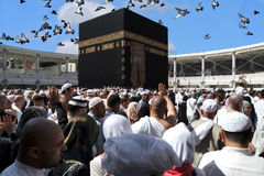Hadschmoslems und -tauben Makkah Kaaba, die in den Himmel fliegen Stockfoto