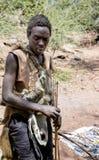 hadza部落的Hazabe丛林居民与箭头的在寻找的手上 免版税库存照片
