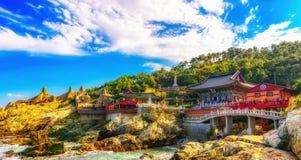 Haedong Yonggungsa tempel och Haeundae hav i Busan arkivbilder