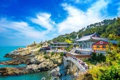 Haedong Yonggungsa tempel och Haeundae hav i Busan, buddistisk tempel i Busan, Sydkorea arkivbilder