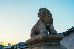 Haetae, мифический лев единорога на дворце Gyeongbokgung в Сеуле, Корее стоковые фотографии rf