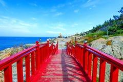 Haeundaeoverzees en houten brug bij Haedong-yonggungsatempel in B Royalty-vrije Stock Fotografie