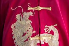 Hafciarscy chińscy smoki na Chińskiego stylu czerwonym koszulowym tle zdjęcia royalty free